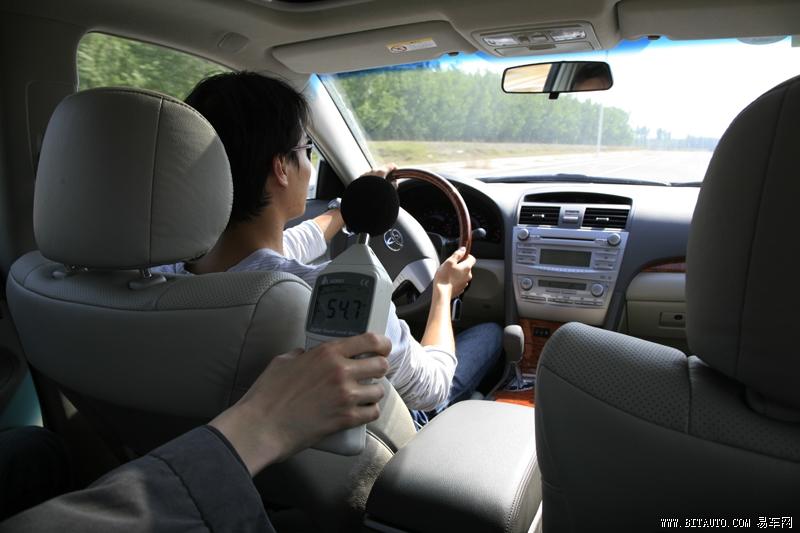 测试项目:0100Km/h、060Km/h、4060Km/h、6080Km/h、80100Km/h、100120Km/h加速测试。   汽车的噪音有两种。一种是车内噪音。是直接反映汽车在驾乘舒适性的重要指标;另外一种是车外噪声。它是反映汽车行驶时对周围环境的影响程度的重要指标。这项测试我们完全按照国家标准的试验方法进行车内车外噪声测量。实测的记录数据,将提供给大家作参考。   在我们的测评体系中,除上述场地测试项目以外,还有大家非常关心的燃油消耗量的测试。对此我们不仅会采用通常的统计加油量和