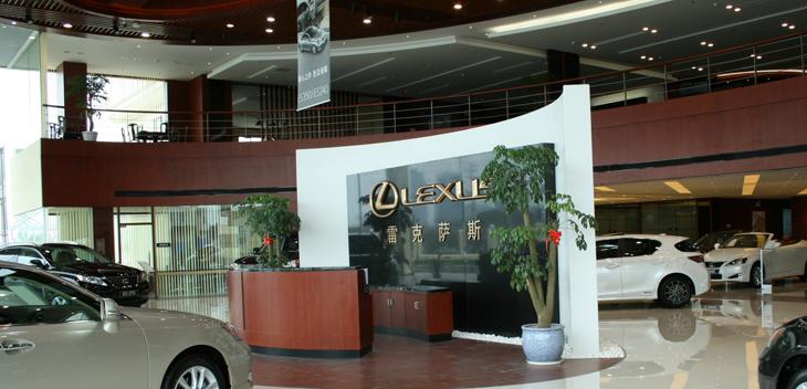 """嘉兴常隆雷克萨斯汽车销售服务有限公司为国内设施最完善,规模最大的雷克萨斯汽车旗舰店之一。经销店内每一种色彩和材料都强烈的传递出高贵的气息,即使是惊鸿一瞥,也会让您感受到LEXUS雷克萨斯与众不同的品牌底蕴和魅力,它以超越五星级饭店水准的服务设施,让您体会雷克萨斯""""矢志不渝,追求完美""""的品牌精髓。其销售的车型齐全,产品线丰富,涵盖了豪华轿车、运动型轿车、豪华SUV、跑车等。走进嘉兴常隆雷克萨斯展厅,若走进了一家豪华五星级酒店,典雅的内部装修,温馨的咖啡吧,舒适宜人的客户休息洽谈区,和精心陈列的豪华展车完"""